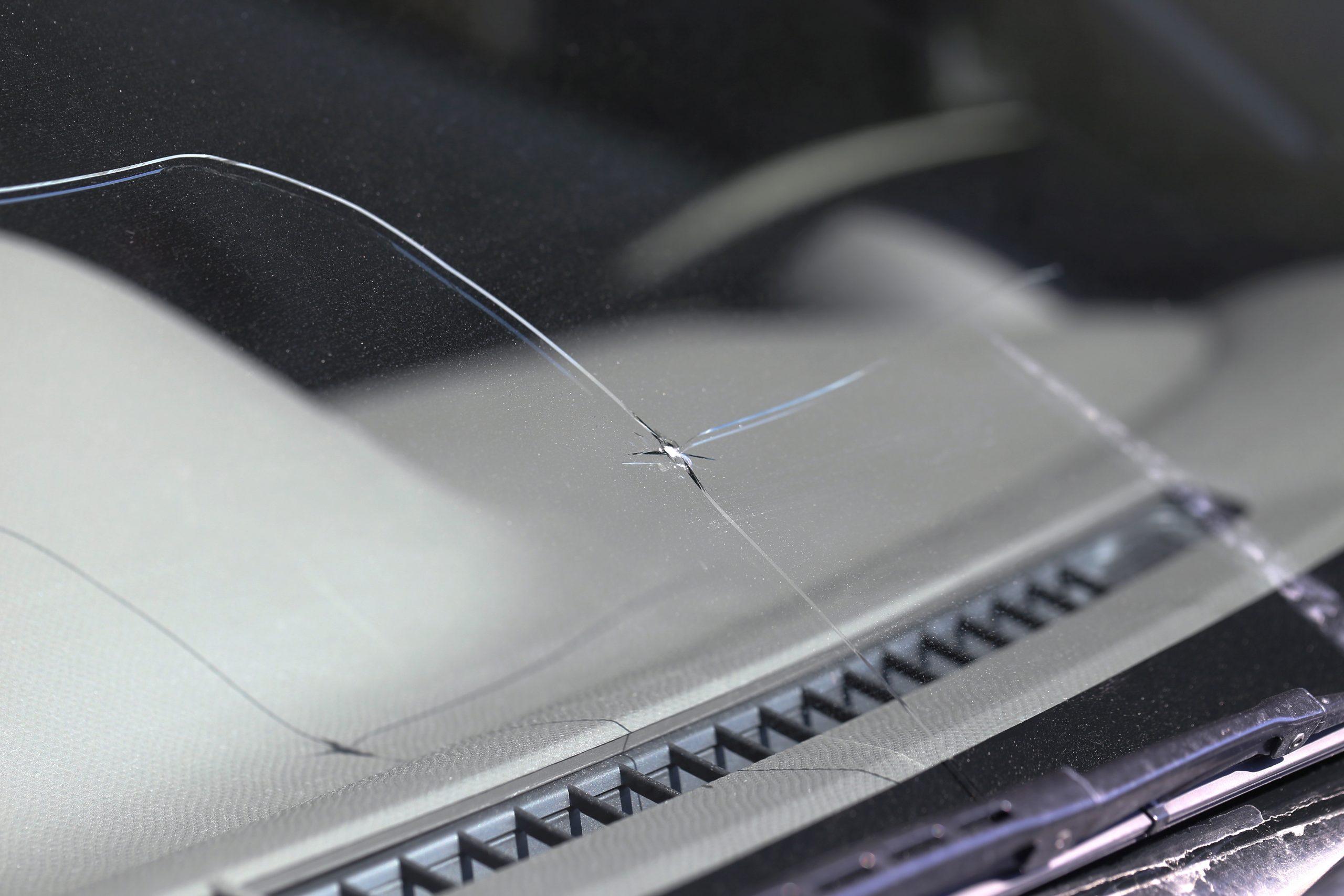 Steinschlag in der Windschutzscheibe – Austausch oder Reparatur?