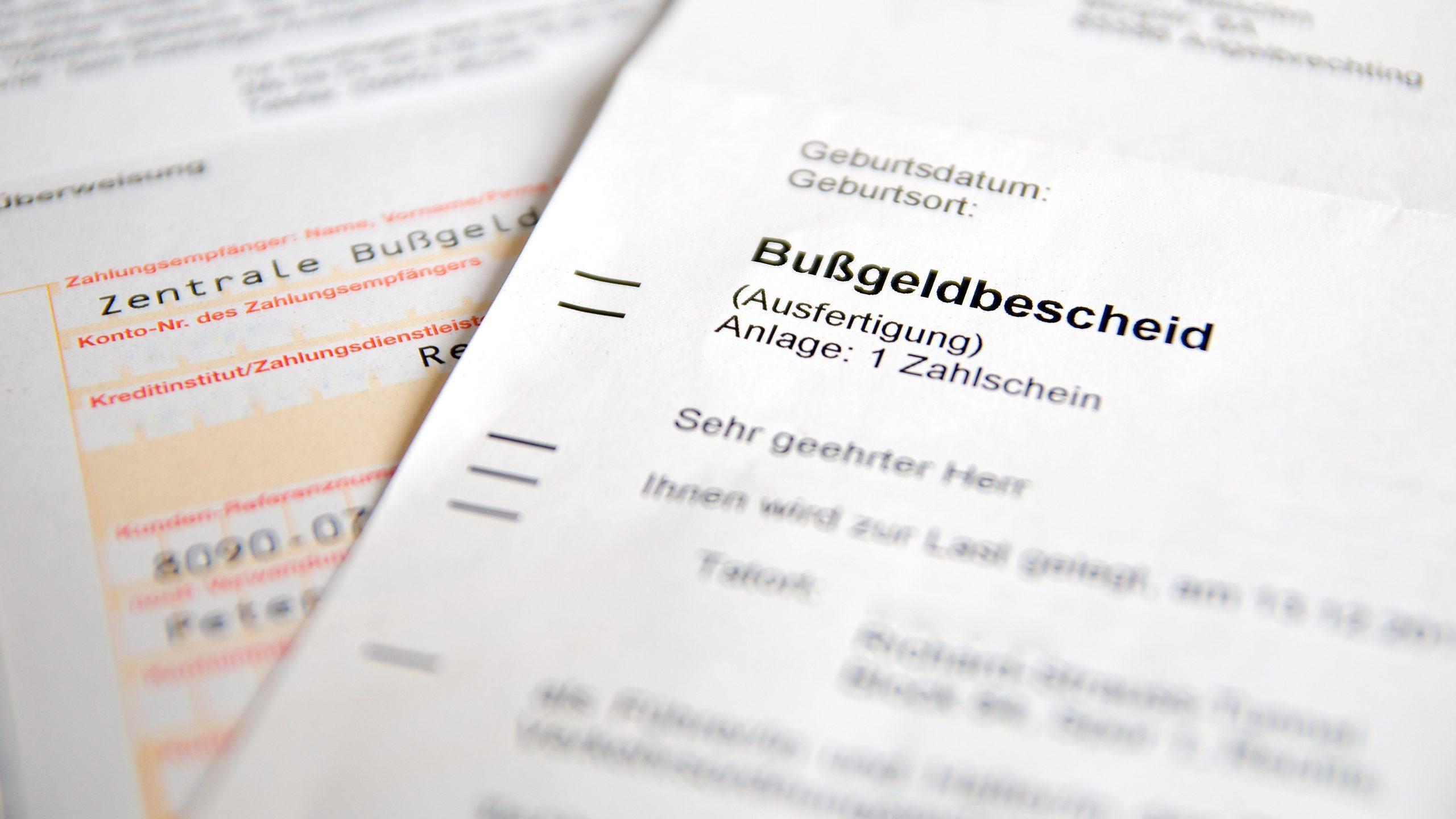 Steinschlag? Dafür gibt es seit 2021 ein Bußgeld in Höhe von 90 Euro und 1 Punkt in Flensburg